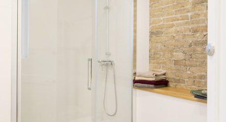 Detalle baño y plato de ducha de obra